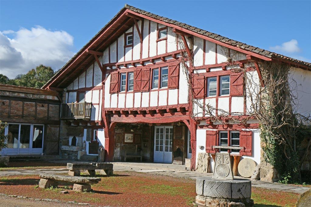 Une maison à pan de bois rouge