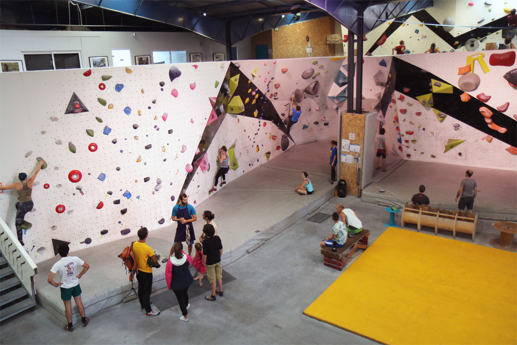 Le mur pour les adultes et l'étage pour les intermédiaires