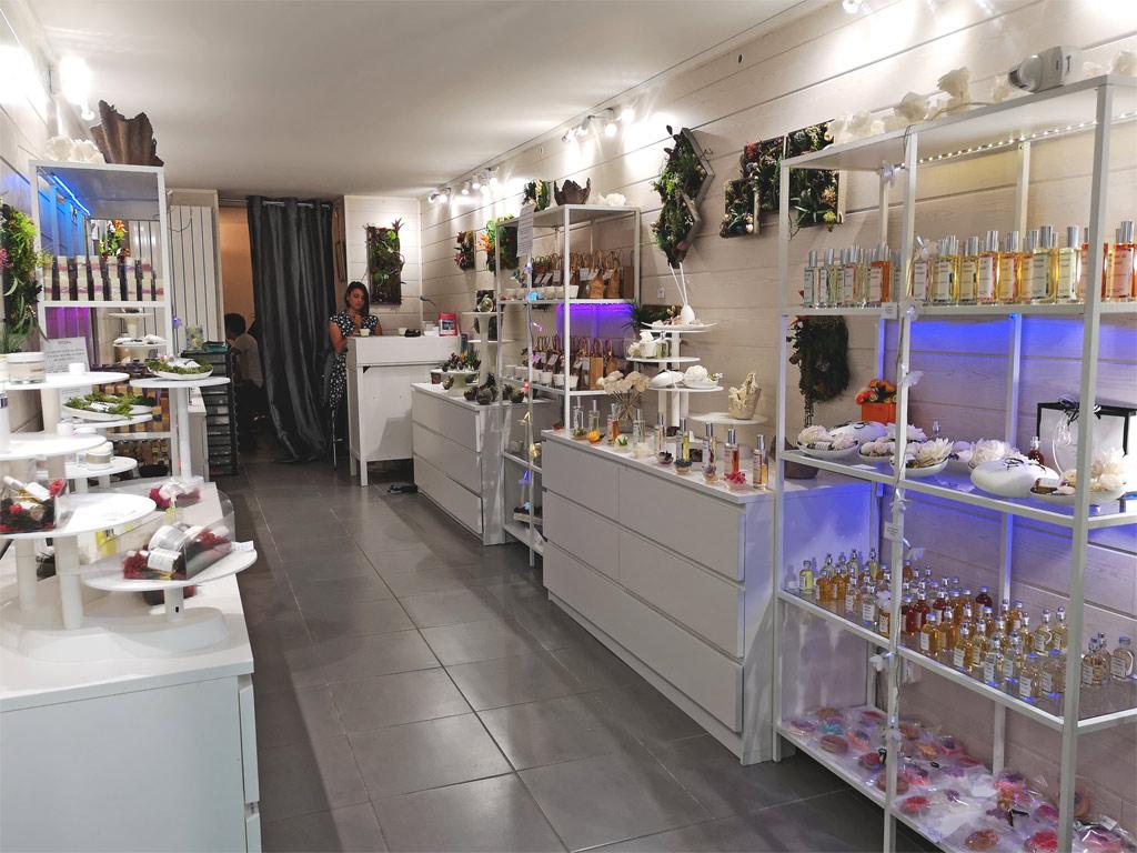 L'intérieur de la boutique, lumineux et sobre