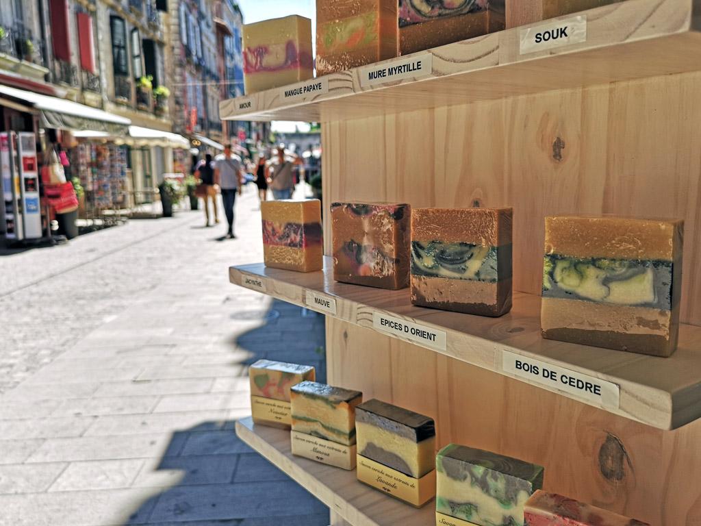 Les savons artisanaux sur le présentoir extérieur